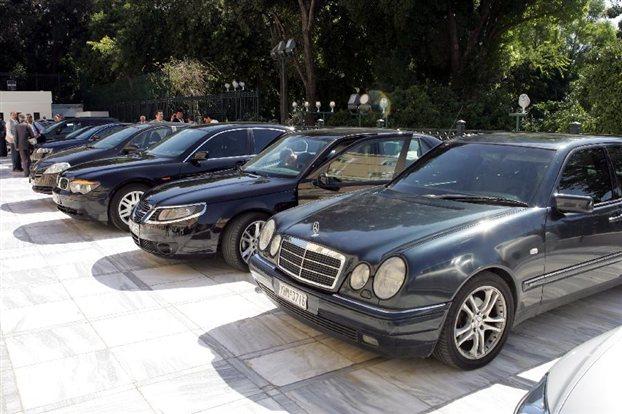 Βουλευτές επιστρέφουν αυτοκίνητα και παραιτούνται από τις αμοιβές επιτροπών