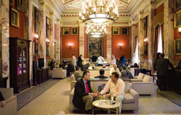 Αγριος καυγάς Τσώνη - Ροντούλη στο εντευκτήριο της Βουλής