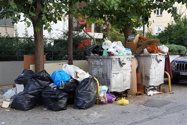 Σκουπίδια πνίγουν γειτονιές της Αθήνας